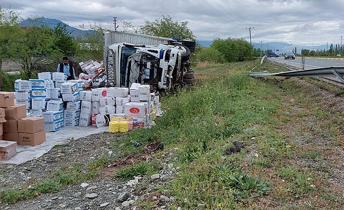 Erzincan'da Kamyon Yan Yattı
