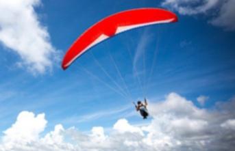 Paraşütçü İnişe metreler kala yere düştü!