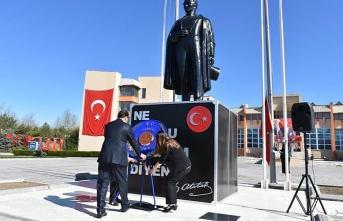 Atatürk anıtına çelenk sunuldu