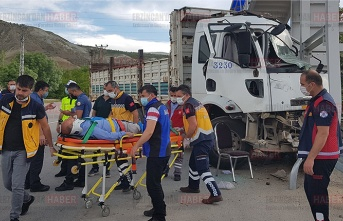 Hafif ticari araç ve kamyon çarpıştı: 2 yaralı