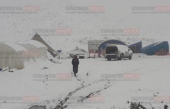 Yaylacılar kar yağışına hazırlıksız yakalandı
