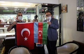 Türk ve Azerbaycan Bayrağı Dağıttı