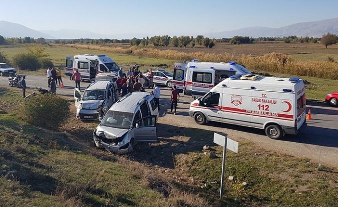 İki hafif ticari araç çarpıştı: 8 yaralı
